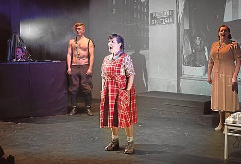 Suvi Isotalo (vas.), Kari Hevossaari, Sinikka Sokka ja Reetta Ristimäki esittävät sotavuosien helsinkiläisiä Teatteri Avoimien Ovien musiikkinäytelmässä Palava kaupunki.