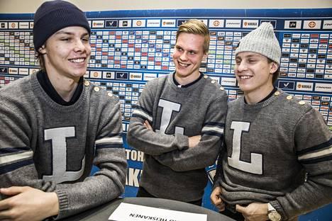 Miro Heiskanen (vas.), Olli Juolevi ja Eeli Tolvanen ovat Buffalon MM-turnauksessa Suomen tärkeimpiä pelaajia.