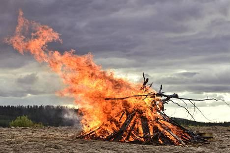 Juhannuksen sääennustus jännittää suomalaisia aina. Sataako vai paistaako? Voiko sytyttää kokon?