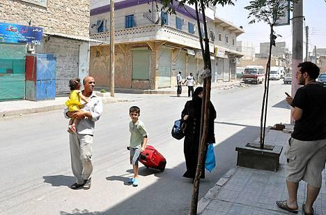Syyrialaisperhe pakeni Aleppon kaupungin taisteluita perjantaina.