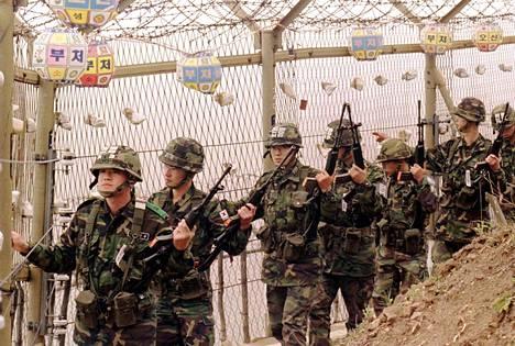 Pohjois- ja Etelä-Korean välinen rajalinja on ollut yksi maailman tarkimmin vartioiduista rajoista lähes 65 vuoden ajan, eikä yhteenotoilta ole vältytty. Rajalla on aselevon jälkeisenä aikana ollut useita selkkauksia ja enemmän tai vähemmän onnistuneita loikkausyrityksiä. Kuvassa eteläkorealaisia sotilaita rajavyöhykkeellä toukokuussa 1997.
