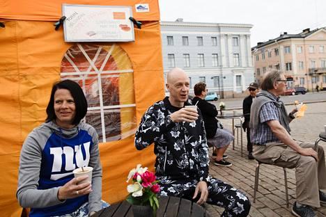Tapiolalainen pariskunta Virpi ja Petri Riistama nauttivat maanantaiaamuna kahvia kauppatorilla ensimmäisen lomapäivänsä kunniaksi. Pariskunta on Kauppatorin vakioasiakkaita. Koronavirusrajoitusten aikana Riistamat hakivat kahvinsa take awayna.