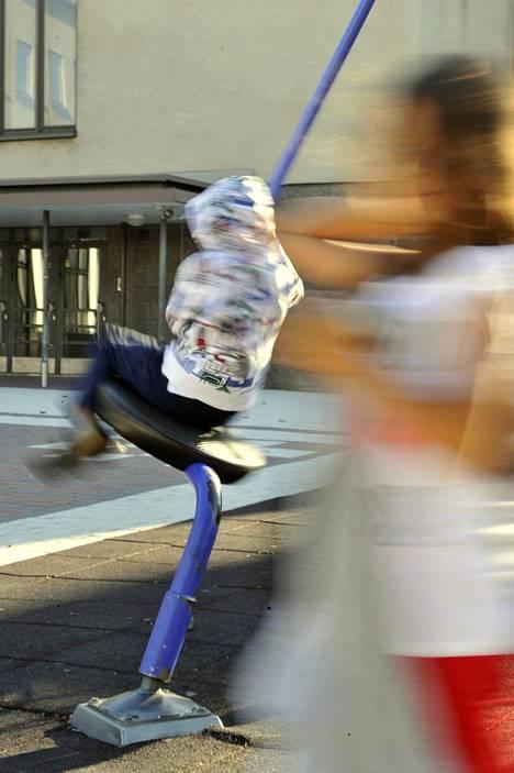 Ohjattujen harrastusten jääminen pois näkyy koululaisten liikkumisessa. Koulujen pihoillekaan ei saa nyt kokoontua porukalla.