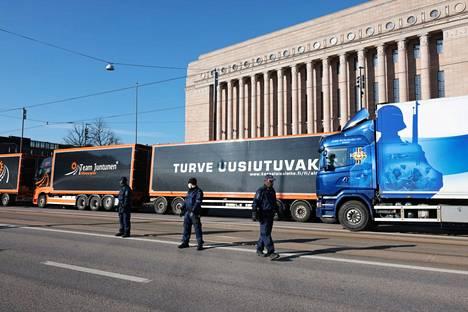 Turvetuottajien mielenosoitus Mannerheimintiellä 30. huhtikuuta.