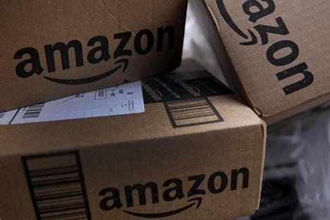 Verkkokauppa Amazonin paketteja odottamassa kuljetusta.