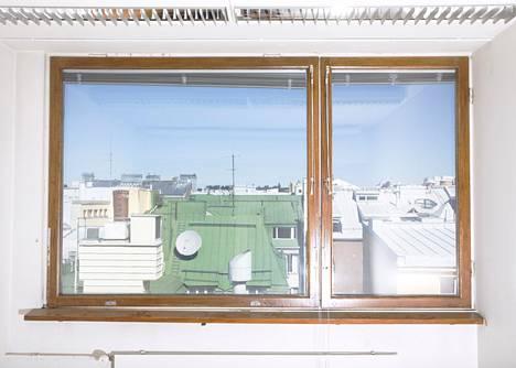 Insinööritalon viidennestä kerroksesta on näkymät Punavuoren kattojen ylle.