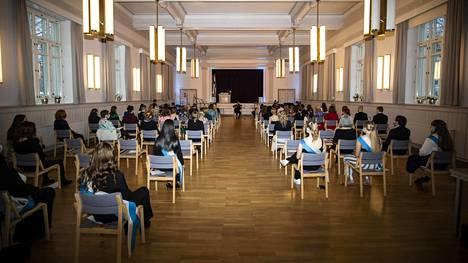 Tampereen yhteiskoulun lukiossa vietettiin ylioppilasjuhlia joulukuussa turvavälein. Ylioppilaiden läheiset pääsivät seuraamaan juhlaa livelähetyksestä.