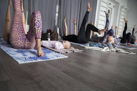 Äidit harjoittivat keskivartalon lihaksia äiti-vauva-joogassa Femihealth-salilla Katajanokalla Helsingissä. Salilla tarjotaan myös muun muassa äitiysfysioterapiaa.
