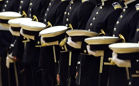 Maanpuolustuskorkeakoulusta valmistuneita kadetteja.