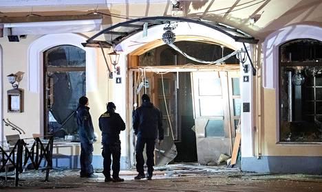 Poliisin tutkijat räjähdyksessä vaurioituneen malmöläisen yökerhon edustalla maaliskuussa.