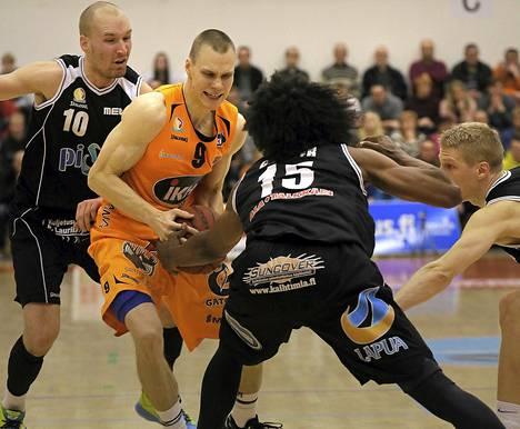 Kauhajoen Karhun Antti Kanervo (9) irvistää, kun apuan Bojan Sarevic (10) ja Paul Carter (15) yrittivät ottaa häneltä pallon.