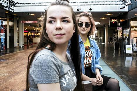 Mira Karvinen (vas.) ja Johanna Pekkonen pitäisivät pidemmistä aukioloajoista viikonloppuna.