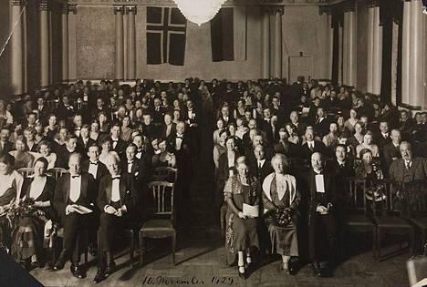 Venäjältä pakeni 1920-luvulla jopa kaksi miljoonaa ihmistä kommunistisen vallankumouksen vuoksi. Tämä kuva on Oslosta lokakuulta 1929 venäläisemigranttien tilaisuudesta. Edessä keskellä vasemmalla puolella käytävää istuu Kansainliiton pakolaiskomission ensimmäinen johtaja, norjalainen Fridtjof Nansen.