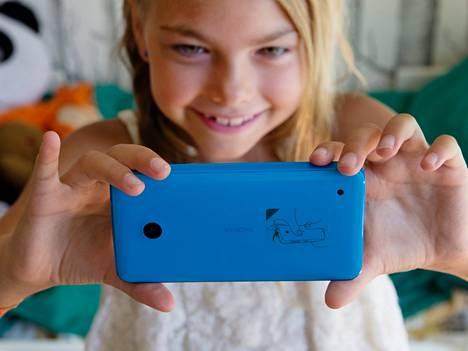 Nokia Lumia 635 Elli Airaksisen kädessä