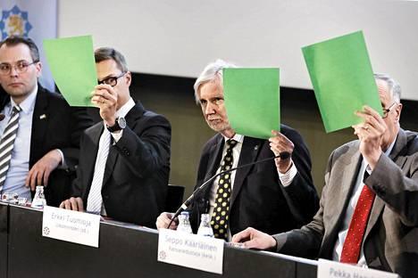 Jussi Niinistö, Alexander Stubb, Erkki Tuomioja ja Seppo Kääriäinen Maanpuolustustiedotuksen suunnittelukunnan vaalitentissä Kansallismuseon auditoriossa.
