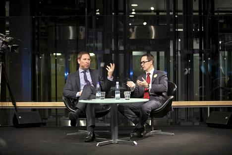 Vasemmistoliiton puheenjohtaja Paavo Arhinmäki ja Rkp:n puheenjohtaja Carl Haglund Sanomatalon Kuntatorilla torstai-iltana.