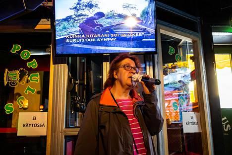 Päivi Pakarinen, 55, saapui Vuosaaresta Populukseen laulamaan.