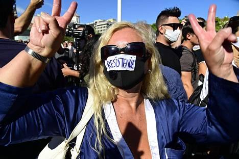 Espanjalaisnainen oli pukeutunut mielenosoitukseen kasvomaskiin, jossa luki vastarinta. Madridissa 16. elokuuta järjestetyssä protestissa vastustettiin maan hallituksen asettamia koronavirustoimia, kuten maskipakkoa.