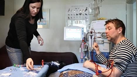 Krista Palmer tuo Rami Moilaselle epo-ruiskeen. Normaalisti munuaiset tuottavat epo-hormonia, mutta kun munuaiset eivät toimi, hormonia ei synny. Epo säätelee punasolujen tuotantoa elimistössä.