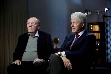 Menestyskirjailija James Patterson (vas.) ja Yhdysvaltain entinen presidentti Bill Clinton yhteishaastattelussa kesäkuussa 2018.