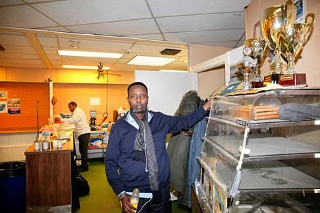 Mohamed Hassan on yksi Banadir-kahvilan omistajista.