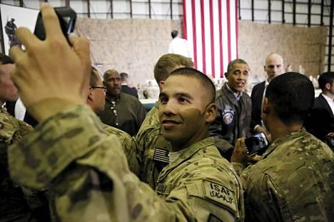 Yhdysvaltalainen sotilas otti selfie-kuvan presidentti Barack Obaman vierailulla Kabulissa 25. toukokuuta.