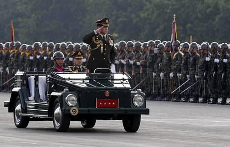 Thaimaan armeijan komentaja, kenraali Thirachai Nakwanich tarkasti paraatia Bangkokissa viime viikolla.