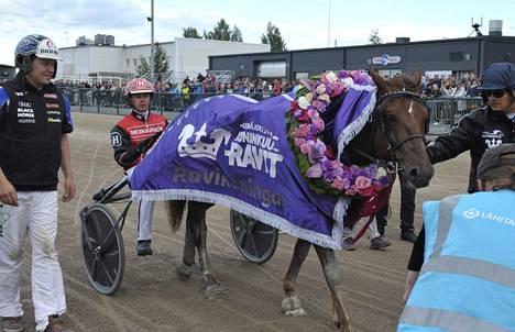 Evartti kruunattiin kuninkuusravien voittajaksi.