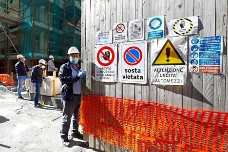 Rakennusmiehiä työkohteessaan Sisilian Cataniassa maanantaina.