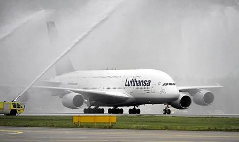 Uuden jättitilauksensa yhteydessä Lufthansa tilasi kaksi A380-konetta. Kaksikerroksinen superjumbo vieraili Helsinki-Vantaan lentokentällä vuonna 2010.