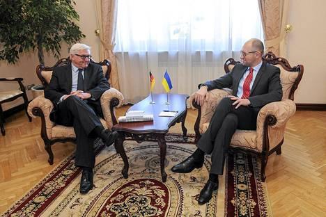Ukrainan pääministeri Arseny Jatsenjuk (oik.) ja Saksan ulkoministeri Frank-Walter Steinmeier Kiovassa lauantaina 22. maaliskuuta.