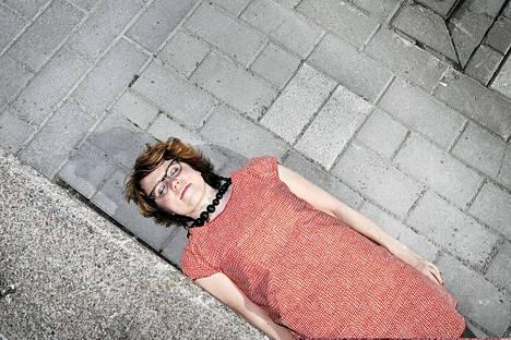 Taiteilija Meiju Niskala järjestää ilmiötaidetapahtumia kaupungeissa.