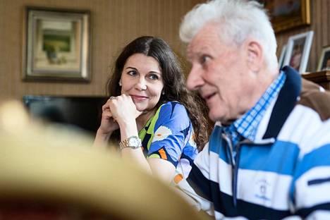 Kansanedustaja Arja Juvonen kuuntelee, kun hänen isänsä Jaakko kertaa Smp:n myrskyistä historiaa.