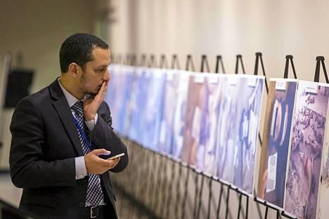 YK:n päämajassa on esillä valokuvanäyttely Bashar al-Assadin vankiloissa kidutetuista ja surmatuista syyrialaisista.