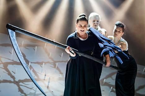 Louhi (Saara Lehtonen) kylvää tuhoa muuten varsin leikkisässä Kalevalassa.