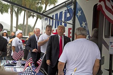 Kuva tapahtumasta, jossa suudelman epäillään tapahtuneen elokuussa 2016 Floridassa. Alva Johnson on valkopaitainen nainen vasemmassa alalaidassa.