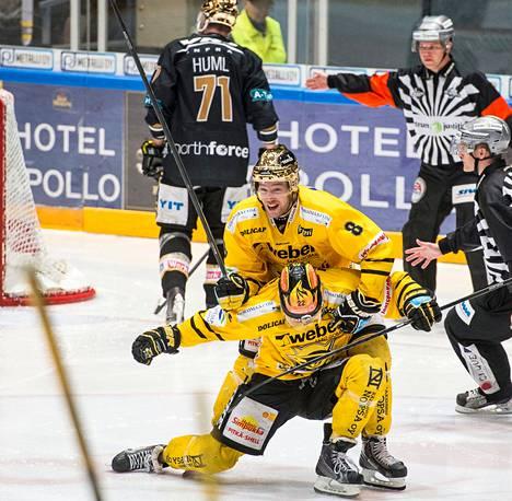 SaiPan voittomaalin tehnyt Janne Tavi sai ensimmäiset onnittelut kapteeni Ville Koholta. Taustalla kaartaa pois Kärppien Ivan Huml.