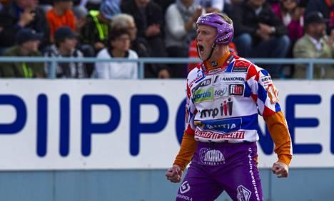 Jani Komulainen oli miesten Superpesiksen ensimmäisen loppuottelun juhlituin mies. Vaihtajajokeri iski ratkaisun Sotkamolle supervuoroparissa.