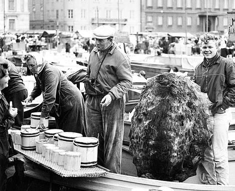 Karl Mirén, Kökarin ainoa kalastajanuorukainen, joka aikoo jäädä ammattiin, esittelee hylkeennahkoja. Vieressä isä, joka on pojan opettanut kalastajaksi.