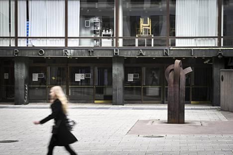 Korkeakoulujen aloituspaikkoihin voi tulla lisäyksiä jo ensi syksynä. Kuvassa Helsingin yliopiston Porthania-rakennuksen sisäänkäynti.