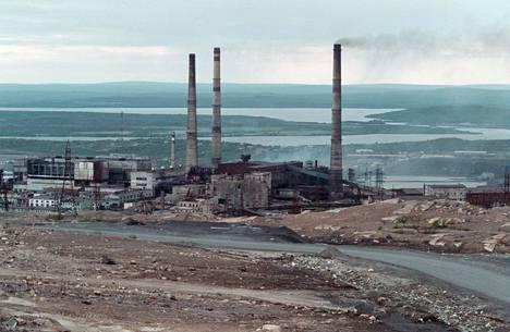 Tehtaita Petsamossa vuonna 2000.