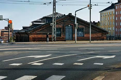 Kruununmakasiini sijaitsee Hämeentiellä varrella Kallio, Vallilan, Hermannin ja Sörnäisten rajalla.