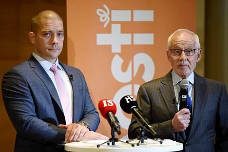 Postin hallituksen puheenjohtaja Markku Pohjola (oik.) ja väliaikainen toimitusjohtajaTurkka Kuusisto puhuivat Postin tiedotustilaisuudessa keskiviikkona.