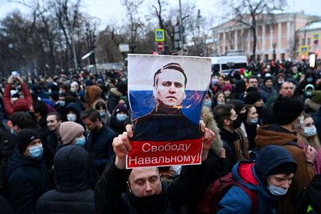 Tens of thousands of protesters in support of opposition leader Alexei Navalny gathered in downtown Moscow on Saturday.