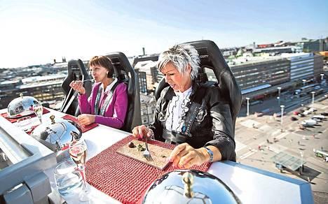 """Helo Haikara ja Margit Sööt nauttivat Rautatientorin yllä aamiaiseksi samppanjaa ja pieniä suupaloja. """"Aivan fantastinen kokemus"""", Sööt ihasteli."""