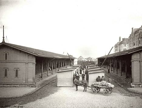 Kampin Narinkassa juutalaiset kauppiaat houkuttelivat asiakkaita ostamaan ja tinkaamaan. Myynnissä oli lähinnä päällysvaatteita, säätyläisiltä ostetuista vaatteista paremmiksi korjattuja. Kuva on vuodelta 1906.
