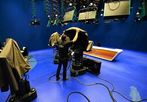 Kameramies peitti studion kameran riippumattoman RTL Klub -kanavan studiolla Budapestissä  viime viikon torstaina.