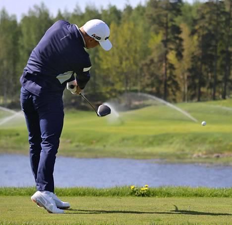 Kim Koivu lyö pallon yli Kytäjäjärven lahden toiselle puolelle.