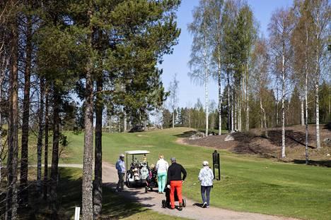 Pelaajia aloittamassa golfkierrostaan huhtikuun lopulla Pirkkalassa.