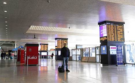 Matkustajia hiljaisella Rooman päärautatieasemalla 23. maaliskuuta.